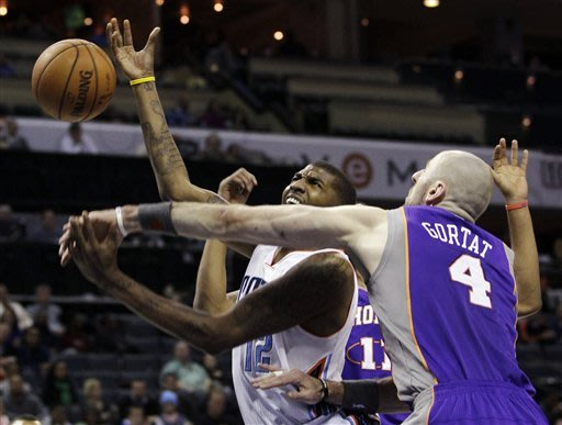 Brown's 3-pointers lift Suns over Bobcats 117-110