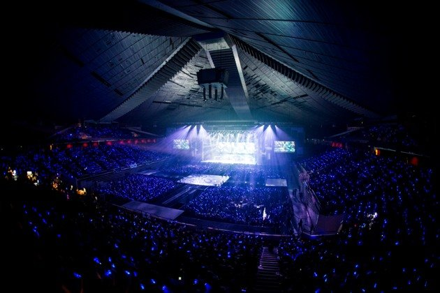 Super Junior fans (ELF) created a sapphire blue sea with their lightsticks to support Super Junior. (Running Into The Sun)