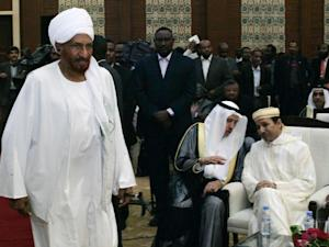 Opposition figure Sadiq al-Mahdi (L), arrives to listen to a speech by President Omar al-Bashir on January 27, 2014 in Khartoum