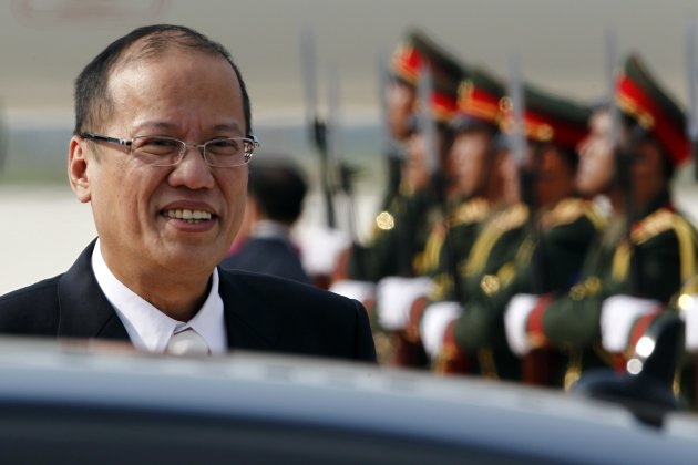 Philippine President Benigno Aquino arrives at Vientiane airport November 4, 2012. A high-profile group of leaders and foreign ministers from Asia and Europe arrive at the capital of Laos for the Asia-Europe Meeting (ASEM) summit, held once every two years and scheduled from November 5 to 6. REUTERS/Sukree Sukplang (LAOS - Tags: POLITICS)