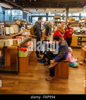 customers at Amazon Books bricks and mortar store. University Stock Photo: 92688623 - Alamy