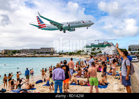 N924AN American Airlines Boeing 737-823(WL) flight AA2219 Origin Miami flying in low over Moho bay into Princess Juliana airport in St Marten ...
