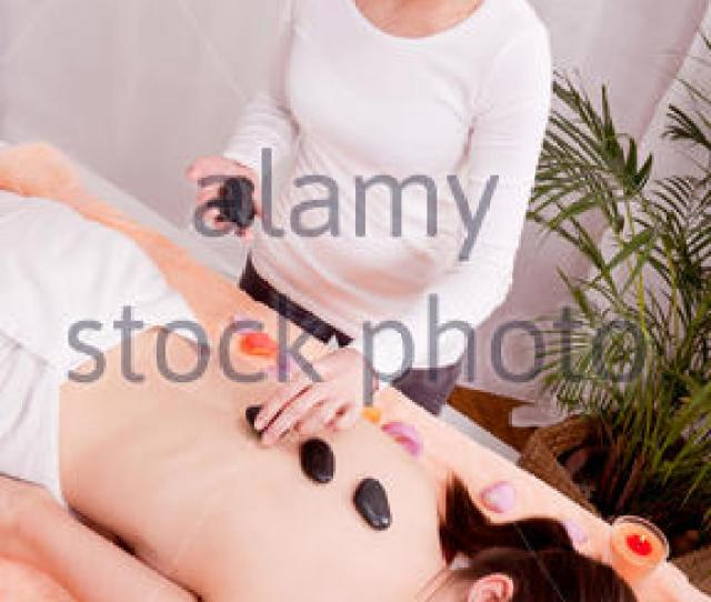 Attraktve Young Woman Gets A Hot Stone Massage Stock Photo