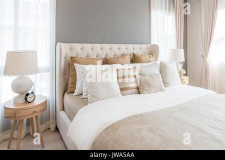 Luxus Schlafzimmer in hellen Farben mit goldenen Mbel Details Groe komfortable Doppelzimmer