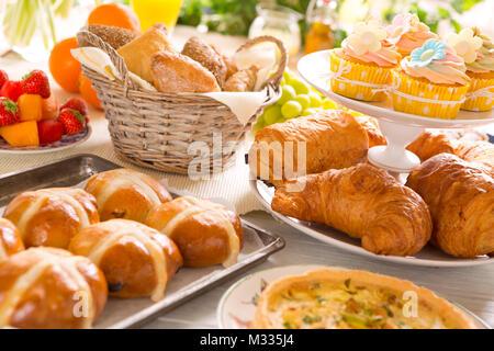 Frhstck oder Brunch Tabelle mit allerlei leckeren