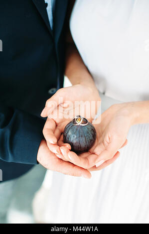 Die Hnde des Brautpaares mit Ringen Hochzeit in Montenegro Stockfoto Bild 142766115  Alamy