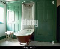 Traditionelle freistehende Badewanne in einem weien ...