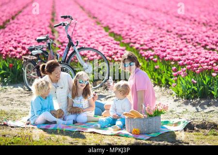 Kind im Tulpenfeld Blume Kleines Mdchen schneiden frische Tulpen im sonnigen Garten Kind mit
