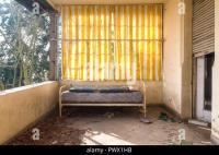 Eine schmutzige alte Matratze auf ein Bettgestell ...