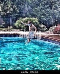 Junge Sprung ins Schwimmbad Stockfoto, Bild: 279022029 - Alamy