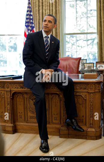 https://i0.wp.com/l7.alamy.com/zooms/1cc1ad95ccf6460299ca9d34b0d09a31/president-barack-obama-leans-against-the-resolute-desk-in-the-oval-c43jwj.jpg