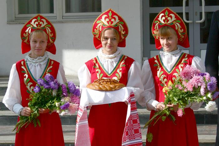 три девицы с хлебом и цветами