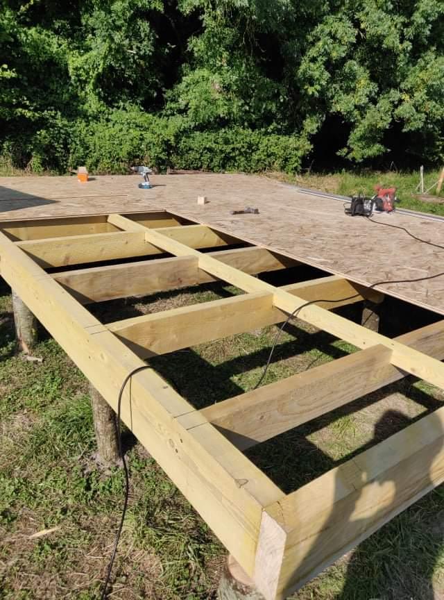 Construction du bloc sanitaire sur pilotis