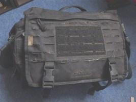 Une bonne sacoche d'ordinateur portable en mode tactique: le messenger bag de Direct Action
