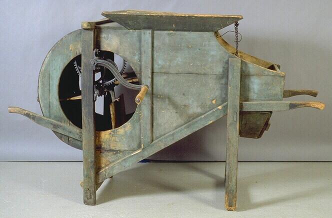 Le bâti du tarare comprend, un tambour contenant plusieurs pales montées sur un axe et un crible (grille rectangulaire en métal) dont le cadre en bois est maintenu à l'intérieur de la machine.