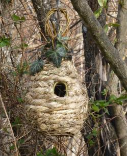 nichoir en osier sauvage et feuilles de molini et autres herbes