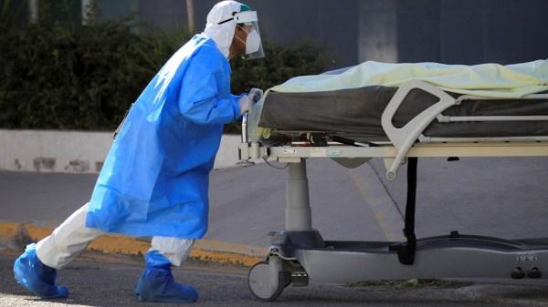 Enfermero lleva una persona muerta por coronavirus