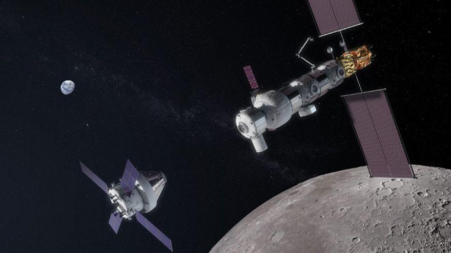 Nave Orion cerca de estacion espacial Luna Gateway