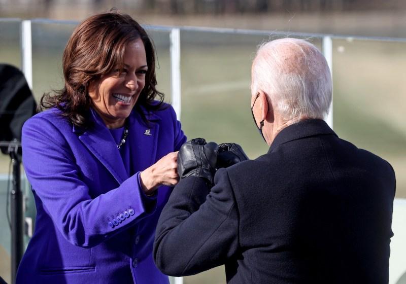 Kamala Harris, vicepresidente de EU saluda de puño al nuevo presidente Joe Biden