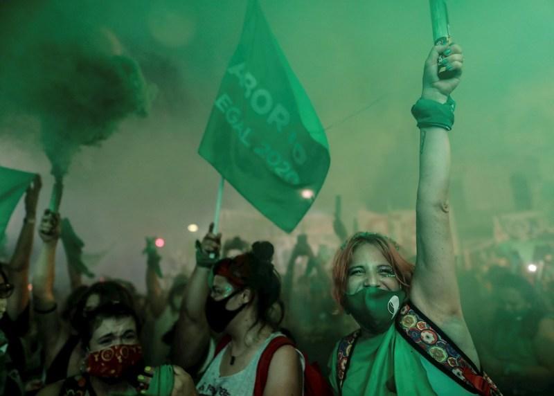 mujeres marchando con pañuelos verdes en Argentina por la aprobación del aborto legal
