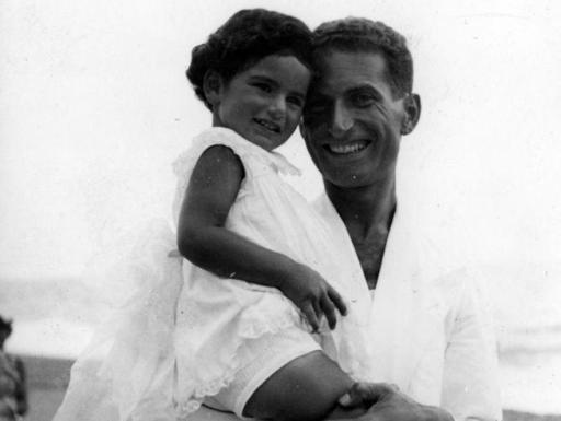 Liliana Segre, Senadora Vitalicia, en el Parlamento Europeo. Y siendo niña con su padre.