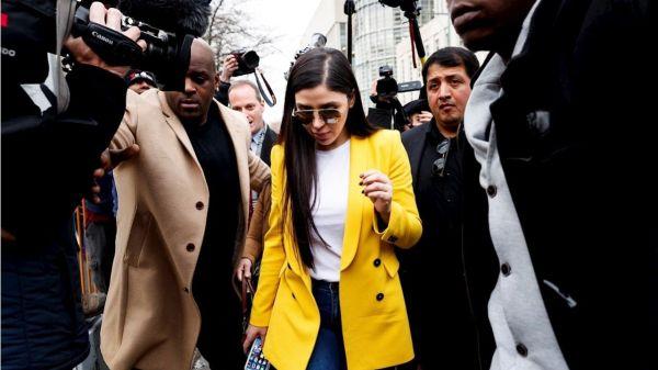 Foto de Emma Coronel en medio de la prensa