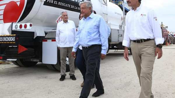 Foto de AMLO en instalaciones de Pemex