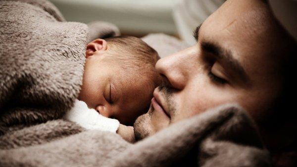 Foto de papá con un recien nacido