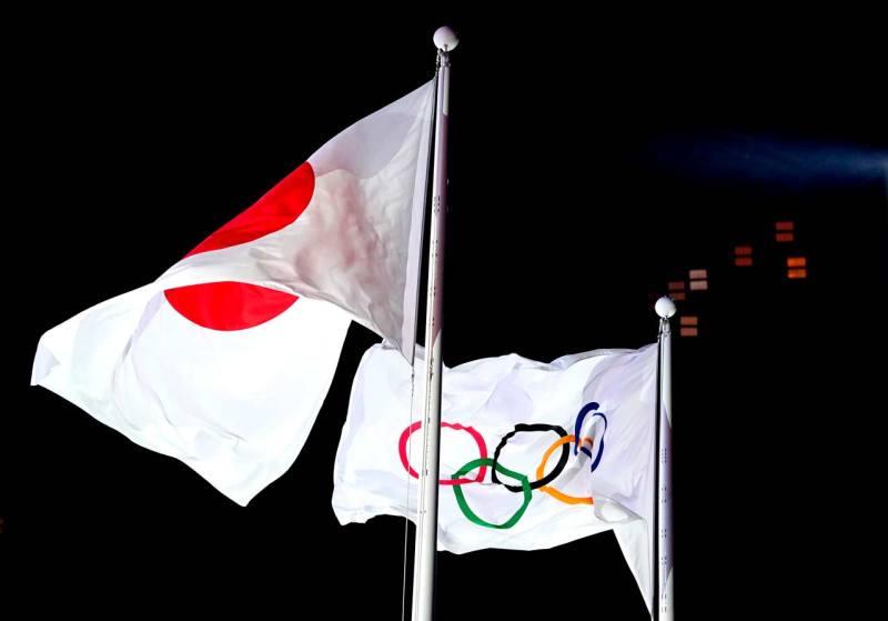 Las banderas olímpica y de Japón