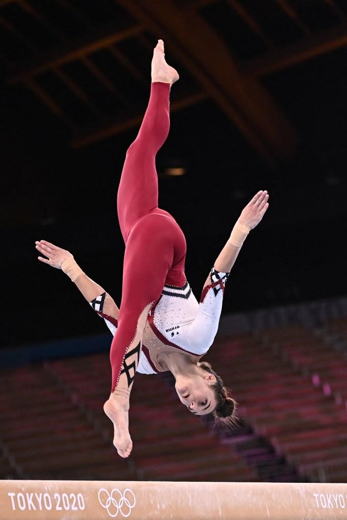 Foto de una gimnasta de alemania con uniforme completo