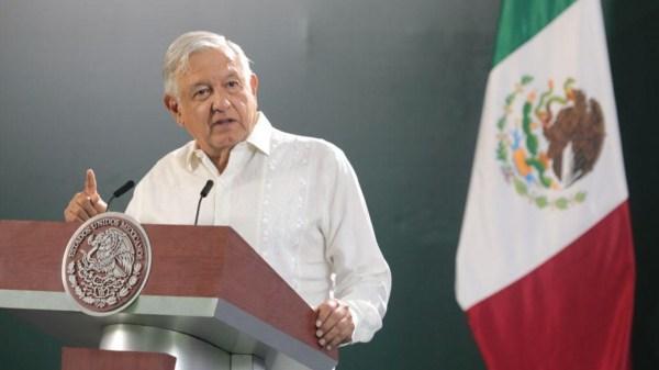 Foto de AMLO en la conferencia en la que habló del asesinato de activistas