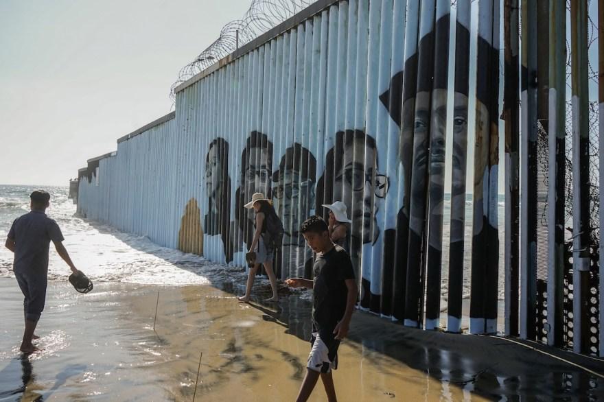 Los rostros de los migrantes fueron pintados en la valla metálica.
