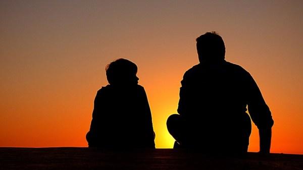 Foto de padre e hijo hablando