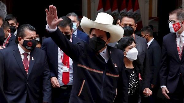 Foto de pedro castillo tras asumir la presidencia de perú