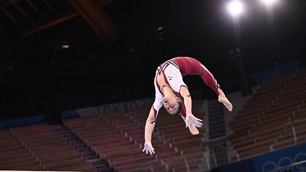Foto de una gimnasta de Alemania con un uniforme completo