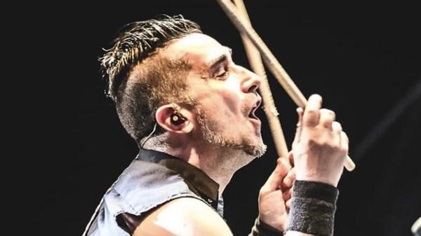 Foto de Pete Parada ex baterista de The Offspring