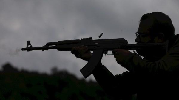 Foto de un hombre con un arma en México para ilustrar la nota de la demanda contra fabricantes
