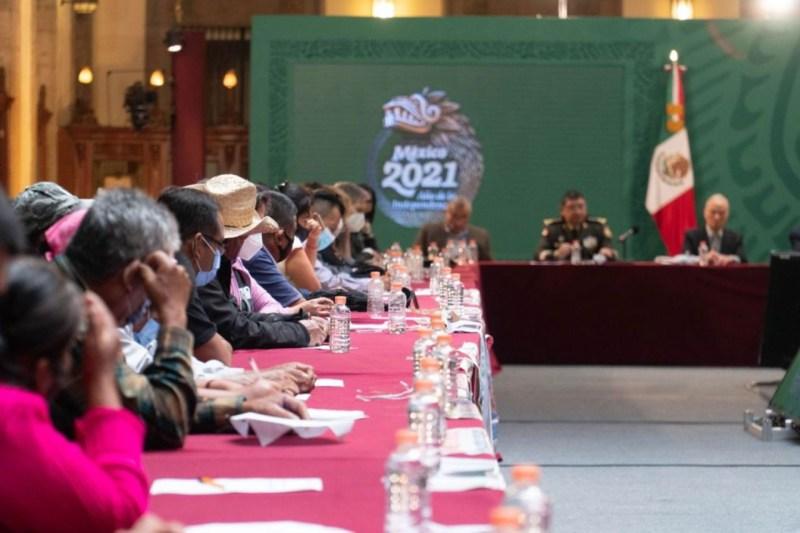 Foto de una reunión de padres con el gobierno de AMLO para ilustrar nota sobre el caso ayotzinapa