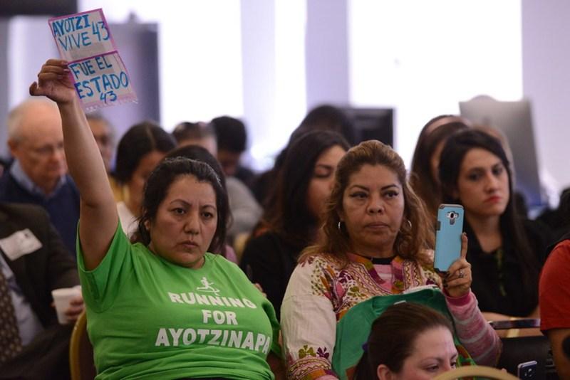 Foto de padres de normalistas para ilustrar nota sobre el caso ayotzinapa