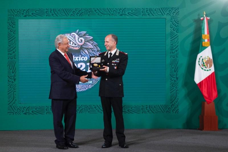 Jefe de carabineros de Italia recibe la Orden Mexicana del Águila Azteca