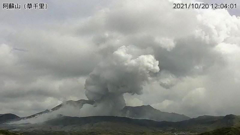 El volcán Monte Aso, uno de los más vigilados, entra en erupción en Japón