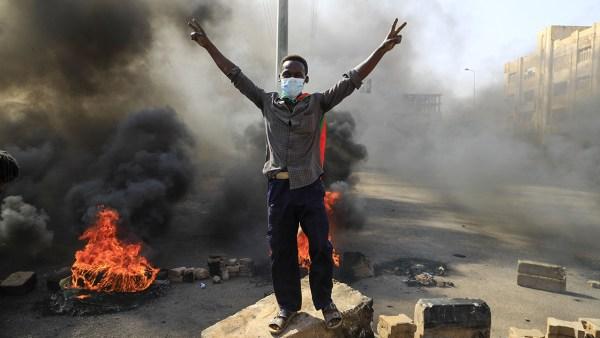 Militares dan golpe de Estado en Sudán y declaran emergencia