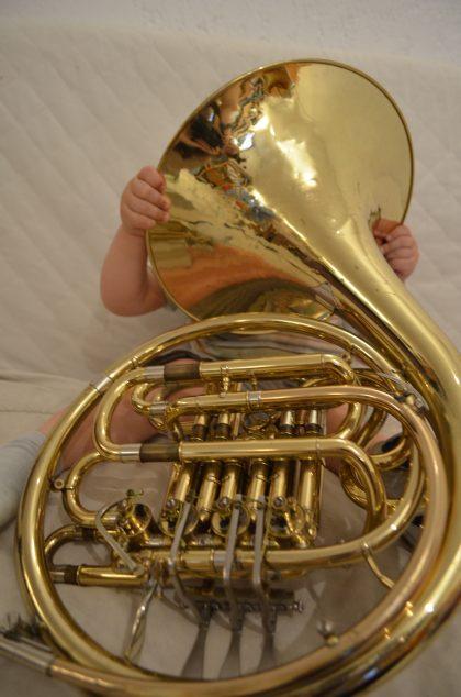 Enfant découvrant le cor d'harmonie