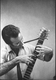 Emmett Chapman en 1969, faisant du tapping sur une guitare. Source : Wikimedia