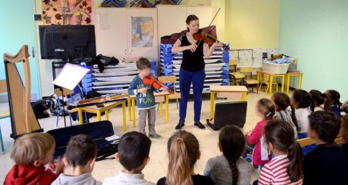 Petit Loustic présente son violon a l'école