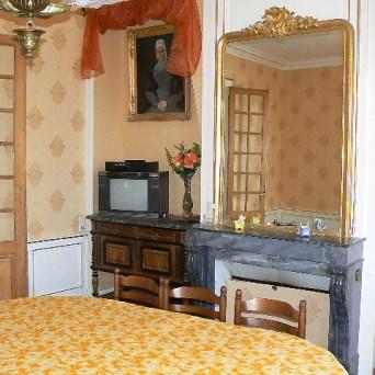 Le salon attenant à la cuisine est spacieux et est pourvu d'une magnifique cheminée et d'un téléviseur