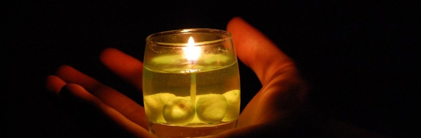 Hand-holding-candle905 Image du domaine public