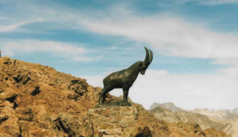 Une statue de bouquetin au sommet du Piz Nair