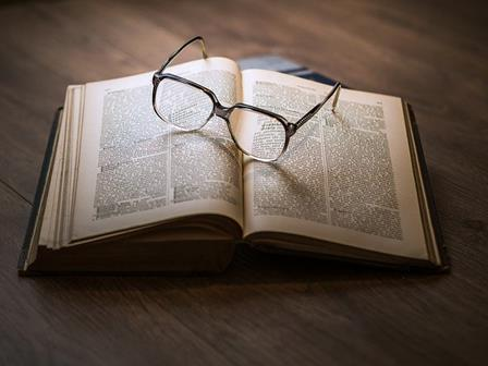 un_livre_avec_des_lunettes_dessus