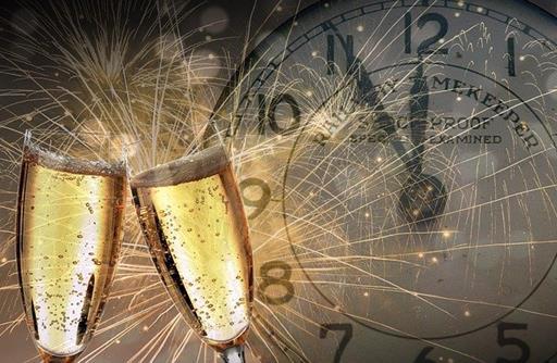 2_coupes_de_champagne_et_horloge